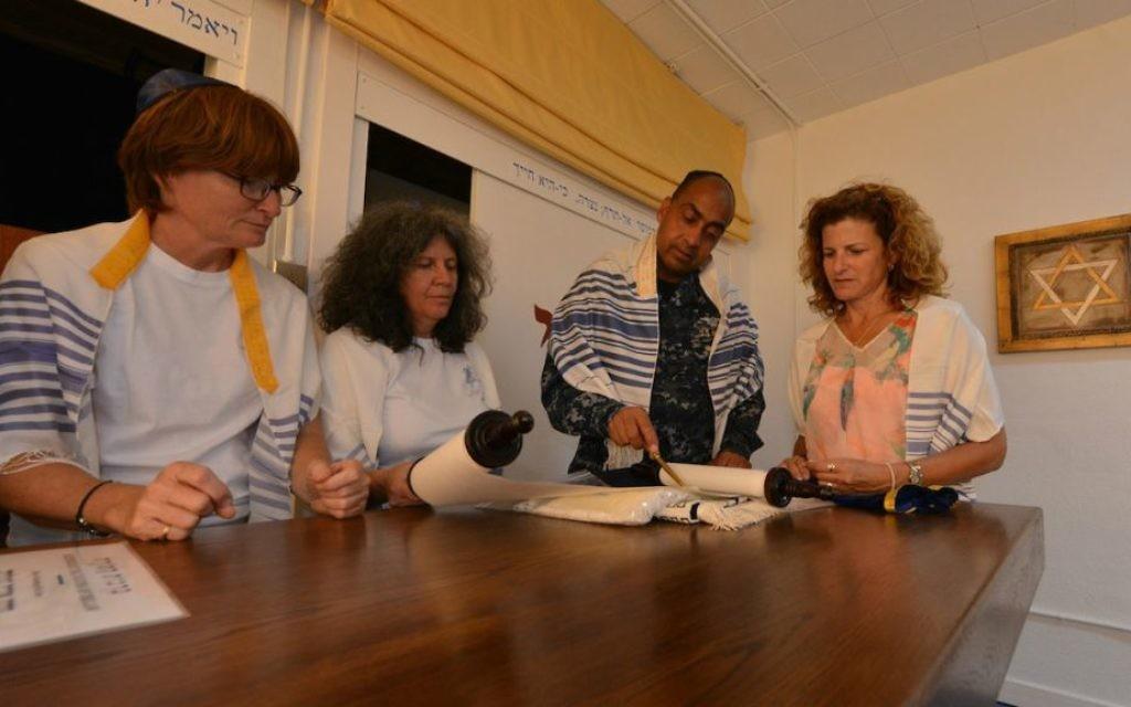 Ahuvah (Amanda) Gipson, à gauche, et d'autres membres de la congrégation Bet Januka située à la station navale dans le sud de l'Espagne Rot, le 30 juillet, 2014. (Crédit : Cnaan Liphshiz / JTA)