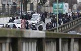 Les forces de police postées autour de l'épicerie HyperCasher de la Porte de Vincennes à Paris (Crédit : Thomas Samson/AFP)