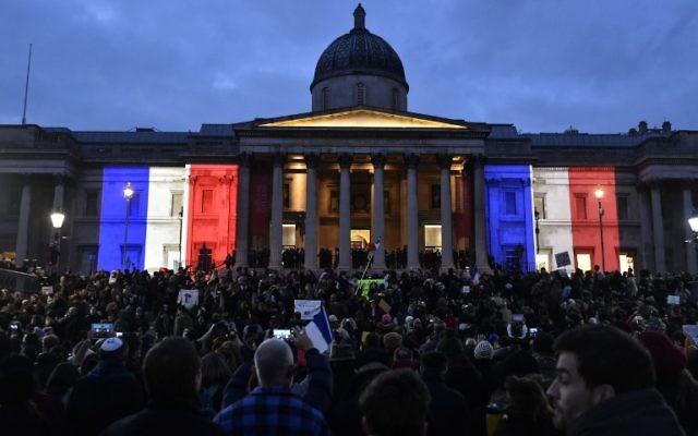 Le National Gallery aux couleurs de la France lors du rassemblement londonien du 11 janvier 2015 pour commémorer les victimes de l'attaque de Paris (Crédit : NIKLAS HALLE'N/AFP)