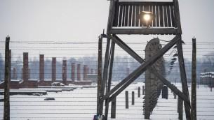 Un mirador le long d'une clôture de barbelés sur le site du mémorial de l'ancien camp de concentration d'Auschwitz-Birkenau, à la veille du 70e anniversaire de la libération du camp d'extermination nazi à Oswiecim, Pologne le 26 Janvier, 2015. (Crédit : AFP PHOTO / ODD ANDERSEN)
