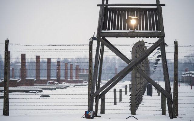 """Les élèves ont planché autour du thème de """"la négation de l'Homme dans l'univers concentrationnaire nazi"""". Ici, un mirador le long d'une clôture de barbelés sur le site du mémorial de l'ancien camp de concentration d'Auschwitz-Birkenau, à la veille du 70e anniversaire de la libération du camp d'extermination nazi à Oswiecim, le 26 janvier 2015. (Crédit : Odd Andersen/AFP)"""