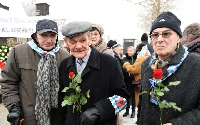 Des survivants d'Auschwitz arrivent pour assister aux cérémonies pour marquer le 70e anniversaire de la libération du camp d'extermination nazi le 27 janvier 2015 au mémorial d'Auschwitz-Birkenau à Oswiecim, Pologne. (Crédit : AFP PHOTO / JANEK SKARZYNSKI)