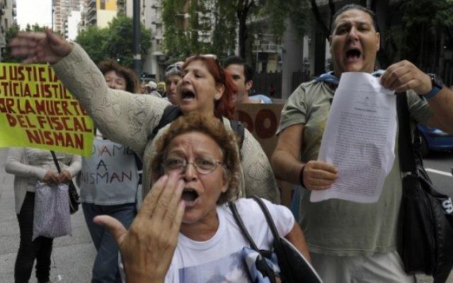 Une femme tenant un panneau sur lequel on peut lire 'Justice, justice, justice pour la mort du procureur Nisman' lors d'une manifestation à Buenos Aires, le 19 janvier 2015 (Crédit : Juan Vargas / AFP)