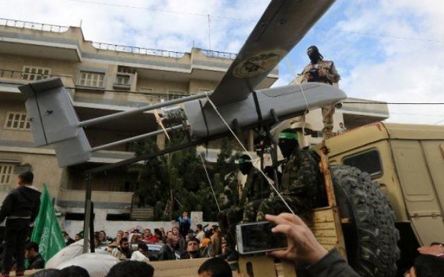Les membres des brigades al-Qassam exposant un drone pendant une parade marquant le 27e anniversaire du mouvement islamiste, le 14 décembre 2014 à Gaza  (Crédit : AFP/ MAHMUD HAMS).