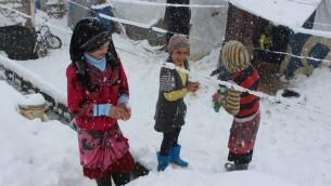 Des réfugiés syriens sous la neige - 7 janvier 2015 (Crédit : AFP)