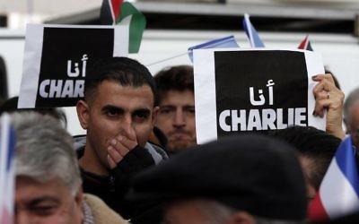 Des Palestiniens à Ramallah en soutien à Charlie - 11 janvier 2015 (Crédit : AFP)