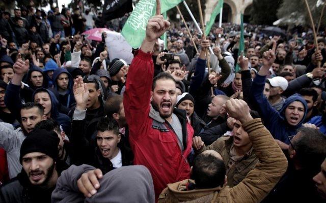 Des centaines de Palestiniens manifestant à Jérusalem-Est le 16 janvier 2015 contre la décision de Charlie Hebdo de publier une caricature de Mahomet (Crédit : AFP PHOTO / AHMAD )