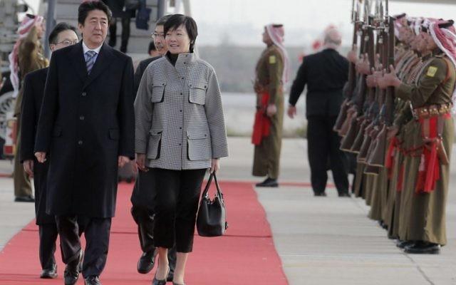 Le Premier ministre japonais Shinzo Abe (G) et son épouse Akie débarquent de leur avion à leur arrivée dans la capitale jordanienne Amman le 17 Janvier, 2015. (Crédit : AFP PHOTO / KHALIL MAZRAAWI