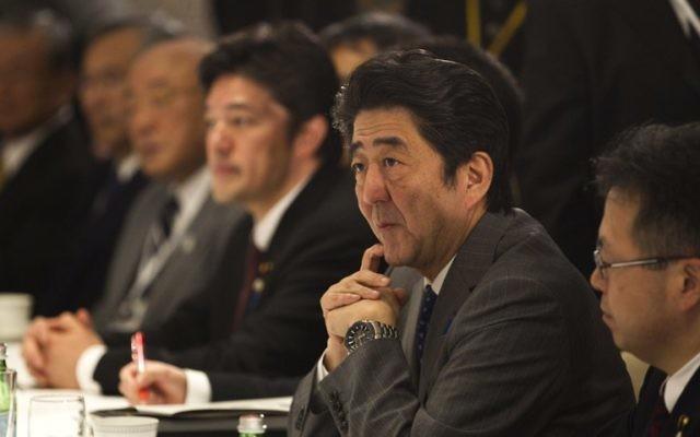 Shinzo Abe à une réunion avec des diplomates israéliens à Jérusalem (Crédit : RONEN ZVULUN / POOL / AFP)