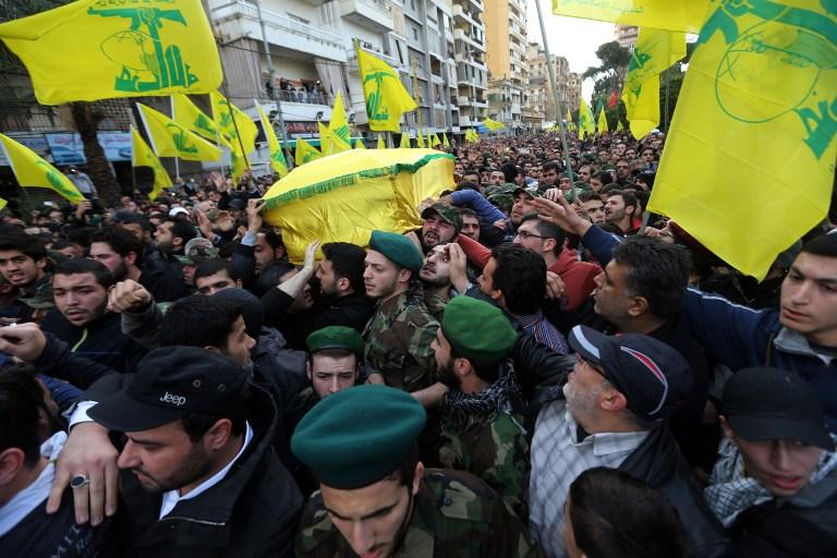 Des milliers de partisans du Hezbollah participent aux funérailles de l'un des six combattants du groupe terroriste chiite libanais tués dans un raid aérien israélien le 19 janvier 2015 (Crédit : AFP)