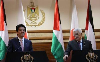 Shinzo Abe et Mahmoud Abbas - 20 janvier 2015 (Crédit : ABBAS MOMANI / AFP)