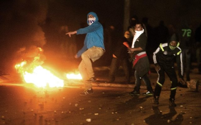 Les manifestants s'affrontent avec la police israélienne (invisible) dans la ville bédouine de Rahat sud d'Israël le 20 Janvier, 2015. (Crédit : AFP / Menahem Kahana)