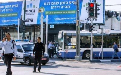 Des policiers israéliens se tiennent sur les lieux d'une attaque contre un bus de Tel Aviv le 21 Janvier, 2015. (Crédit photo: AFP / JACK GUEZ)