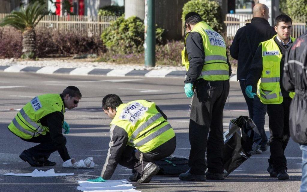 Les secours sur les lieux de l'attaque au couteau à Tel Aviv - 21 janvier 2015 (Crédit : AFP)