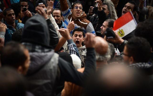 Des manifestations égyptiens lors d'un défilé contre le président Abdel Fatah al-Sissi et pour marquer les révoltes de 2011 le 25 janvier 2015 au Caire (Crédit : MOHAMED EL-SHAHED / AFP)