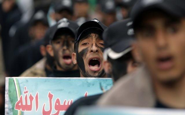 Des membres du Hamas en train de manifester contre le manque de versement de l'ONU - 28 janvier 2015 (Crédit : AFP)