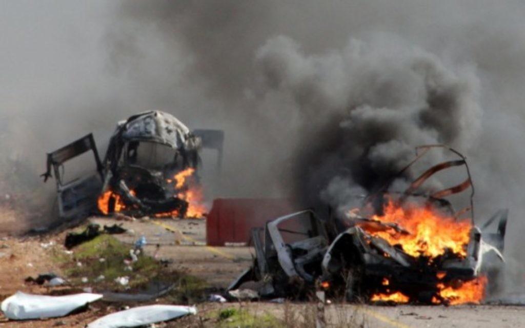 Des véhicules militaires israéliens  en flamme après l'attaque du Hezbollah le 28 janvier 2015. (Crédit : AFP/MARUF KHATIB)
