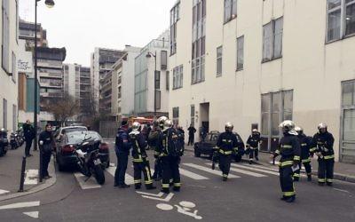 Des pompiers devant les locaux de Charlie Hebdo, le 7 janvier 2015. (Crédit : Philippe Dupeyrat/AFP)