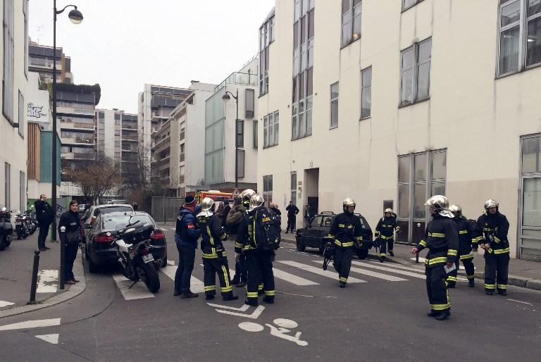 -Des pompiers devant les locaux de Charlie Hebdo - 7 janvier 2015 (Crédit : Philippe Dupeyrat / AFP)