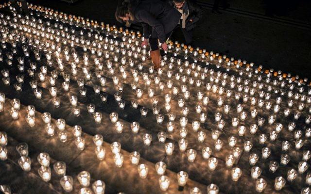 Manifestation de soutien après l'attentat contre les locaux de Charlie Hebdo - 7 janvier 2015 (Crédit : AFP)
