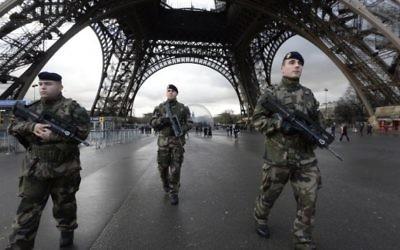 Des soldats français en patrouille à la Tour Eiffel, le 8 janvier 2015. (Crédit : Bertrand Guay/AFP)