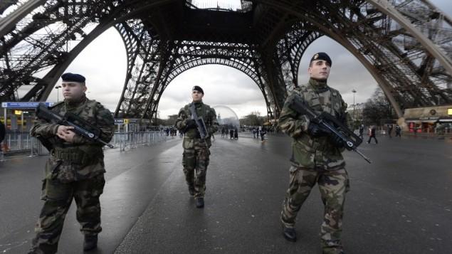 Des soldats français en patrouille à la Tour Eiffel le 8 janvier 2015 (Crédit : AFP/Bertrand Guay)