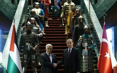 Le président turc Recep Tayyip Erdogan et le président de l'Autorité Palestinienne Mahmoud Abbas posant devant la garde costumée pour l'occasion (Crédit : AFP PHOTO/ADEM ALTAN)