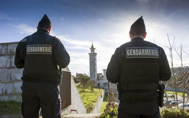 Image d'illustration : des gendarmes déployés à la mosquée de Poitiers suite à l'attaque de cette mosquée, le 12 janvier 2015. Illustration. (Crédit : Guillaume Souvant/AFP)