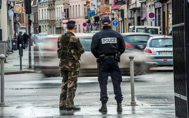 Un policier et un militaire en patrouille en France, le 13 janvier 2015. Illustration. (Crédit : Philippe Huguen/AFP)