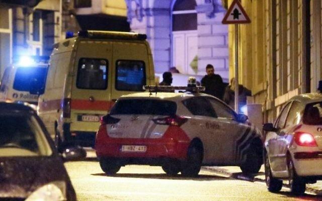 Voitures et fourgons de police sont garés dans une rue où la police a mis en place un large périmètre de sécurité dans le centre de Verviers - 15 Janvier 2015 (Crédit : AFP / BELGA / BRUNO FAHY)