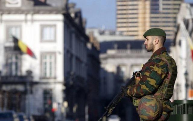 Un soldat belge devant l'ambassade américaine à Bruxelles le 17 janvier 2015 (Crédit : Nicolas Maeterlinck/BELGA/AFP)