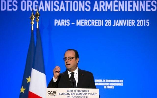 Le président français François Hollande prononce un discours lors du dîner annuel tenu au Conseil de Coordination des Organisations Arméniennes de France (CCAF) le 28 janvier 2015 Paris. (Crédit : AFP PHOTO / POOL / IAN LANGSDON)