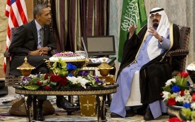 La rencontre entre le président américain, Barack Obama et le roi Abdallah d'Arabie Saoudite, le 28 mars 2014, en Arabie Saoudite (Crédit : SAUL LOEB / AFP)