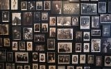 Un mur avec des photos historiques au site du mémorial de l'ancien camp de concentration nazi d'Auschwitz-Birkenau à Oswiecim, en Pologne, le 25 Janvier 2015. (Crédit : AFP PHOTO / JOEL SAGET)