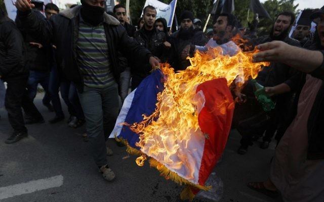 Des islamistes radicaux en chemin pour aller manifester devant le Centre culturel français à Gaza le 19 janvier 2015 (MOHAMMED ABED / AFP)