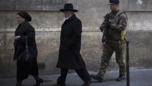Un soldat français posté devant une synagogue parisienne le 12 janvier 2015 (Crédit : JOEL SAGET / AFP)