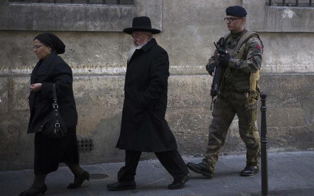 Un soldat français posté devant une synagogue parisienne, le 12 janvier 2015. Illustration. (Crédit : AFP/Joël Saget)