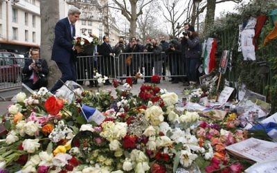 John Kerry rend hommage aux victimes des attentats de Paris - 16 janvier 2015 (Crédit : THOMAS SAMSON / AFP)