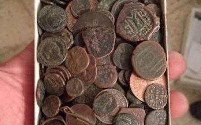 800 pièces de monnaie ancienne retrouvées chez un voleur à Beit Shemesh (Crédit :  Unité de Prévention des Antiquités Robbery de l'Autorité des Antiquités d'Israël)