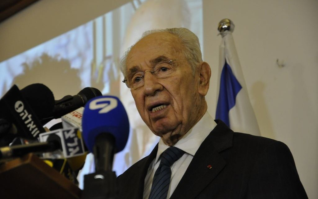 Shimon Peres à l'ambassade de France le 8 janvier 2015 (Crédit : Illana Attali/ TImes Of Israel)
