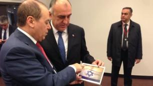Silvan Shalom rencontre le ministre des Affaires étrangères Elmar Mammadyarov azéri en marge d'un hommage pour les 70 ans de la libération d'Auschwitz, à Oswiecim, en Pologne, - 27 Janvier 2015. (Crédit : autorisation du ministère de l'Infrastructure nationale de courtoisie et de l'énergie Ministère)