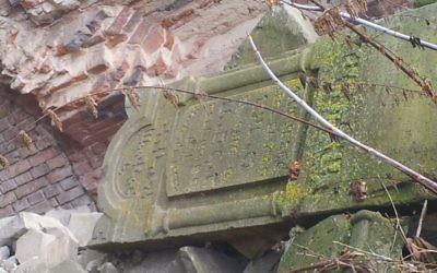 La pierre tombale de Rabbi Haim Leib Barit sur une pile de pierre tombale à la forteresse de Brest en Biélorussie (Crédit : Ilan Ben Zion/Times of Israel staff)