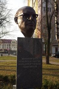 Un monument en mémoire au Premier ministre israélien Menachem Begin à Brest, Biélorussie (Crédit : Ilan Ben Zion/Times of Israel staff)