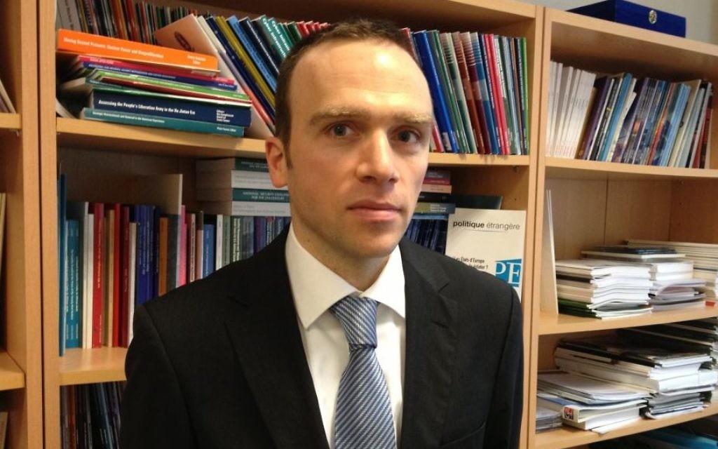 Marc Hecker dans son bureau de l'Institut des relations internationales à Paris le 13 janvier 2015 (Crédit : Elhanan Miller/Times of Israel)