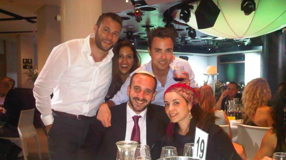Rabbi Shlomo Chayen à un diner commun de la communauté d'Aish à Tel Aviv (Crédit: Aish Tel Aviv Facebook)