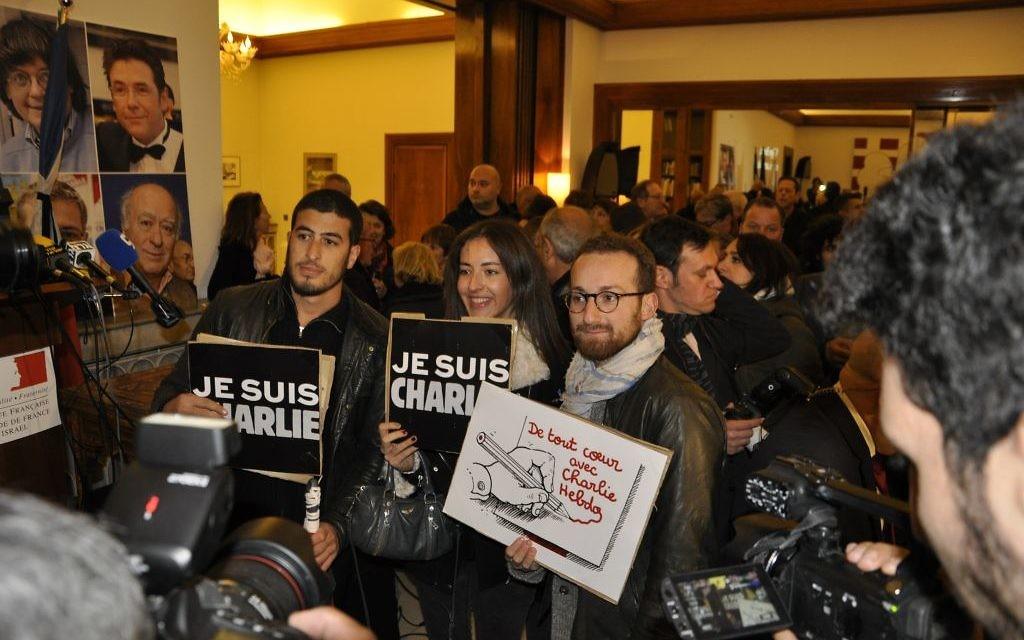 De jeunes anonymes venus rendre hommage aux victimes de Charlie Hebdo (Crédit : Illana Attali/Times of Israel)