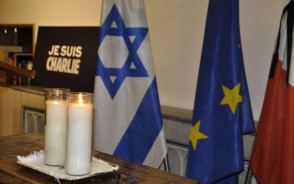 Commémoration à l'ambassade de France le 8 janvier 2015 (Crédit : Illana Attali/Times of Israel)