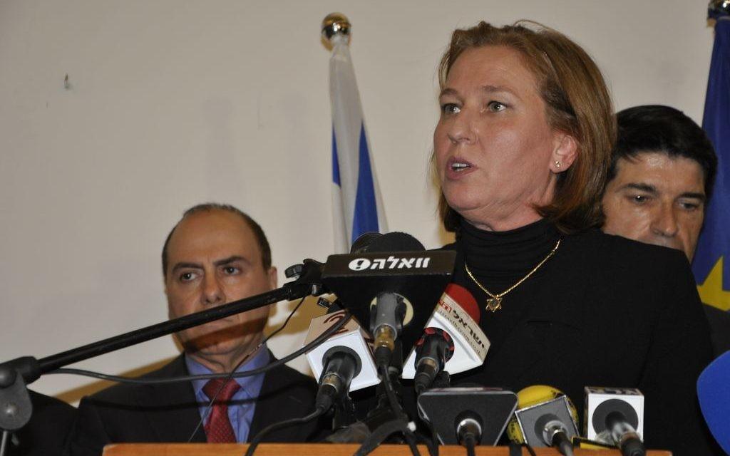 Tzipi Livni s'exprimant lors de la cérémonie de commémoration à l'ambassade de France le 8 janvier 2015 (Crédit : Illana Attali/Times of Israel)