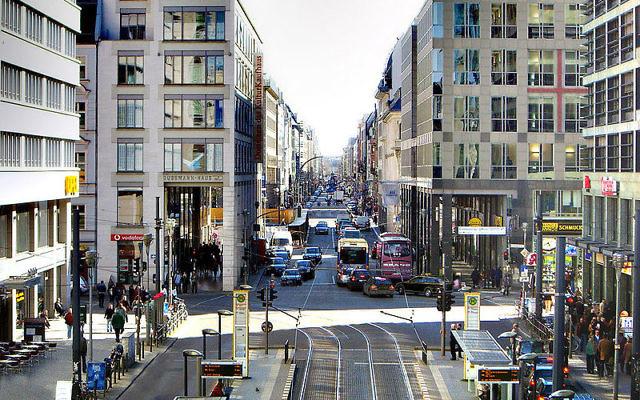 Vue sur Friedrichstrasse à Berlin (Crédit : domaine public)