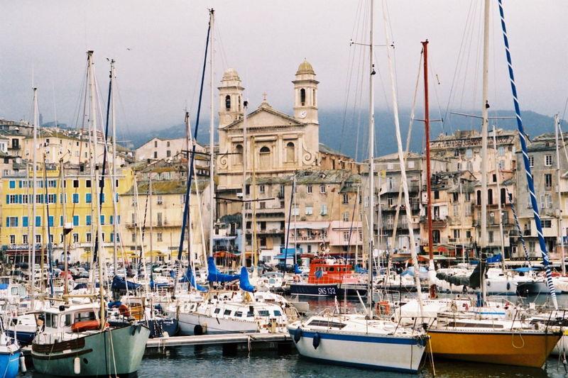 Vue sur le port de Bastia, en Corse (Crédit : domaine public)